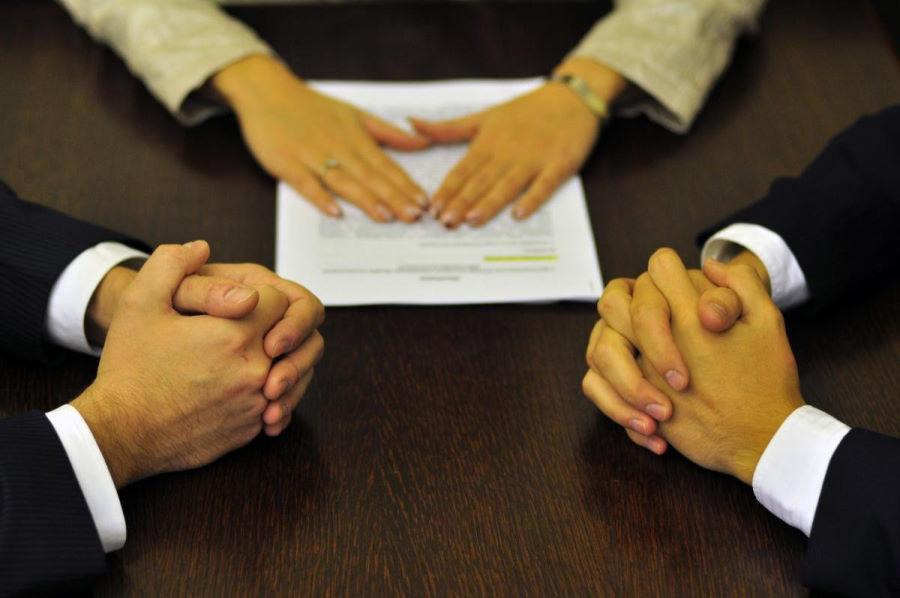 Как регулируются международные споры по контрактам и кем они рассматриваются?